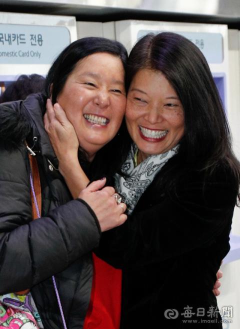 47년 전 대구에서 각각 미국과 벨기에 가정으로 입양된 두 자매 크리스틴 페널(49·오른쪽) 씨와 킴 해일런(47) 씨가 18일 대구역에서 재회의 기쁨을 누리고 있다. 우태욱 기자 woo@imaeil.com