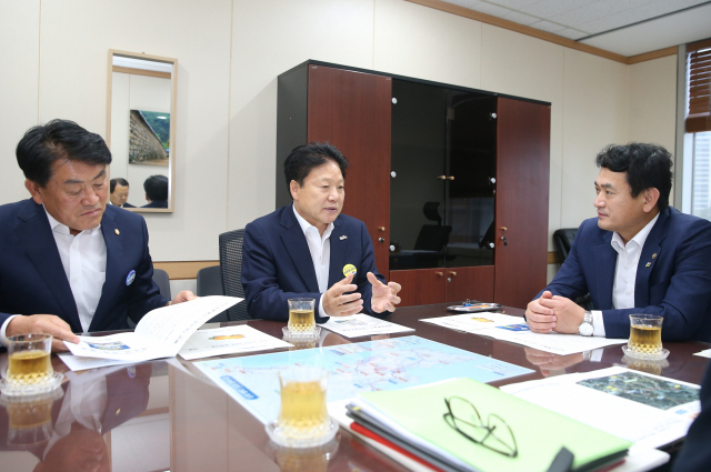 이병환 성주군수(왼쪽에서 2번째)가 김경욱 국토교통부 2차관(오른쪽)에게 성주군 현안사업을 설명하고 있다. 왼쪽은 구교강 성주군의회 의장.