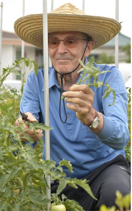 21년간 천주교 안동교구의 교구장을 역임한 두봉 레나도 주교는 의성군 봉양면에서 유기농 농사를 짓고 인근 주민들을 대상으로 한 강의를 하며 은퇴 생활을 하고 있다. 천주교 안동교구 제공