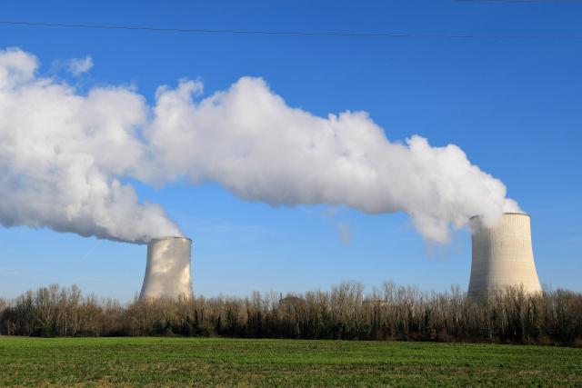 프랑스 서부 골페시에 있는 프랑스전력공사(EDF)의 원자력 발전소 냉각탑에서 30일(현지시간) 수증기가 솟아오르고 있다. EDF는 프랑스 전역에서 모두 58기의 원전을 가동하고 있다. 연합뉴스