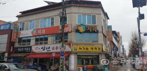 경북 안동시 중앙신시장에 있는 이 건물의 소유주는 어려움을 함께 극복하자며 상가 월세 한달치를 받지 않겠다고 밝혀 주위의 박수를 받고 있다. 엄재진 기자