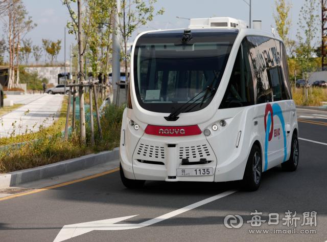 자율주행버스가 대구 알파시티로를 주행하고 있다. 매일신문DB
