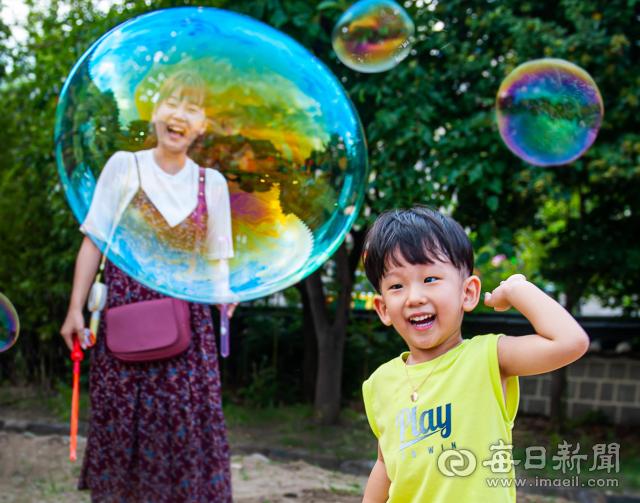2020 어린이사랑 다자녀가족 사진·UCC 공모전 대상 김의숙 씨의 `엄마와 비눗방울 놀이`