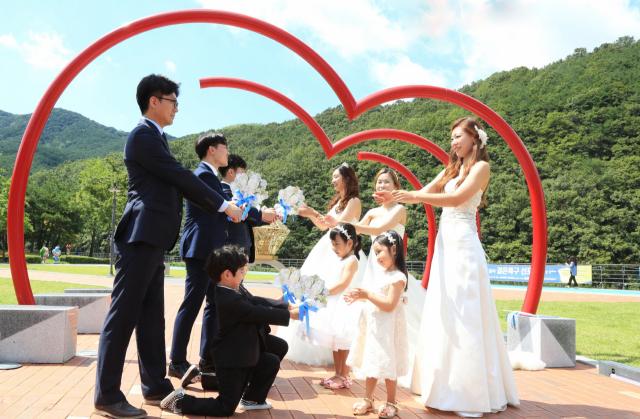 달서구청은 저출산 위기 해결책에 결혼장려정책으로 대응해 주목받고 있다. 사진은2018년 월광수변공원에서 열린 달서결혼특구 선포식 모습. 달서구청 제공
