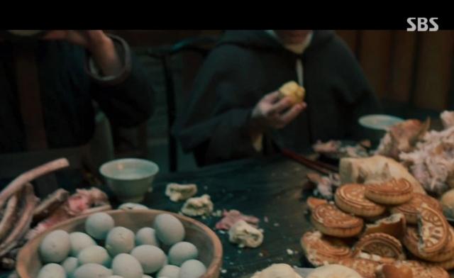 조선 초기 고증과 관련해 논란의 중심에 선 중국풍 음식, 월병이 보인다. 드라마 '조선구마사' 장면 캡처