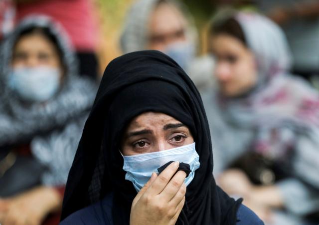 인도 수도 뉴델리에서 18일(현지시간) 한 아프가니스탄 여성이 국제사회가 나서서 자국 난민을 도와달라고 호소하며 울먹이고 있다. 인도 거주 아프간인들은 이날 국제사회에 자국 난민 지원을 촉구하는 집회를 열었다. 이슬람 무장세력 탈레반이 장악한 아프간에서는 수십만 명이 피난길에 오르자 주변국과 유럽 등지는 난민 유입 사태를 우려하며 거부감을 보이고 있다. 연합뉴스