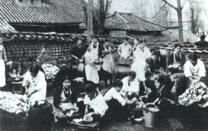 1930년대 신명여학교 학생들의 실습 모습. 가사와 김장까지 실습을 했다. (사진제공=신명90년사)