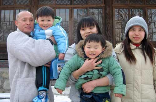 구미 옥성면 대한불교조계종 대둔사에서 안타까운 동거를 하고 있는 다문화여성'자녀들과 진오 주지 스님. 이창희 기자