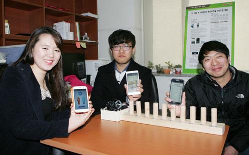 14일 대구대 경산캠퍼스 정보통신대학 7호관 한 연구실에서 장애인용 스마트폰 앱을 개발한 팀 대표들이 자신이 만든 앱을 선보이고 있다. 홍효성, 박종엽, 임현우 씨.(왼쪽부터) 대구대 제공