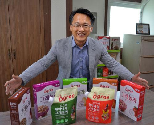 100% 고령 현미쌀로 만든 '오그래 그래놀라' 제품으로 미국산이 대부분을 차지하고 있는 시리얼 시장에 도전장을 내민 장종현 대표가 자신이 개발한 제품을 선보이고 있다. 정욱진 기자 penchok@msnet.co.kr
