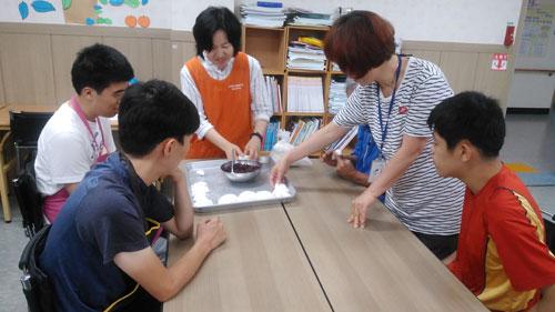 조선족 출신 다문화 교사 서영순 씨가 장애인 제자들과 함께 중국 음식을 만들고 있다. 울진군다문화센터 제공