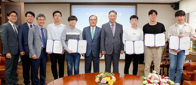 16일 영남대에서 덕운 김문기(오른쪽 다섯 번째) 장학금 수여식이 열렸다.