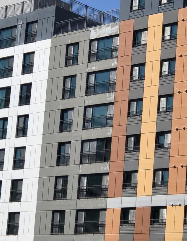 포항자이아파트 맨 윗층이 지난 태풍 콩레이가 지나가면서 내린 비로 페인트가 흘러내렸다. 독자제공