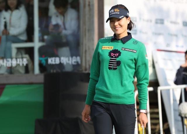 전인지가 14일 인천 스카이72 골프 앤 리조트 오션코스에서 열린 '2018 LPGA KEB하나은행 챔피언십' 4라운드경기에서 우승을 차지한 뒤 기뻐하고 있다. 연합뉴스