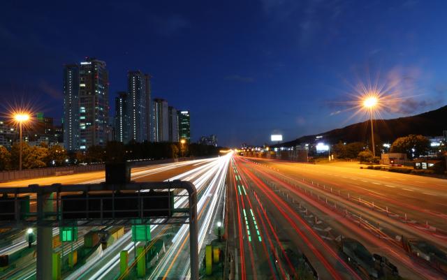 추석 연휴 마지막 날인 지난달 26일 오후 경기도 성남시 서울요금소에서 바라본 경부고속도로 위로 차량이 지나고 있다. 연합뉴스