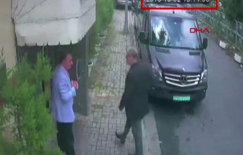 사우디아라비아 절대 왕정에 비판을 가했던 미국 일간 워싱턴포스트(WP) 기고가 자말 카슈끄지(오른쪽)가 지난 2일(현지시간) 터키 이스탄불 주재 사우디 총영사관에 도착하는 모습. 10일 터키 도안통신(DHA)이 제공한 CCTV에 나오는 장면이다. 연합뉴스