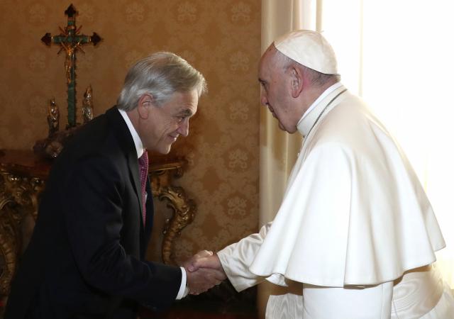 프란치스코 교황(오른쪽)이 13일(현지시간) 바티칸에서 세바스티안 피녜라 칠레 대통령과 만나 악수하고 있다. 프란치스코 교황은 이날 피녜라 대통령과 면담한 직후 아동을 성적으로 학대한 의혹을 받는 칠레 도시 '라 세레나'의 명예 대주교인 프란시스코 호세 콕스 우네에우스(85)와 이키케 명예 대주교인 마르코 안토니오 페르난데스(54) 등 2명을 전격 환속 조치했다. 환속은 성직자에게 성직을 박탈하고, 평신도로 돌아가게 하는 것으로 사제에게 교회가 내릴 수 있는 가장 큰 처벌로 간주된다. 연합뉴스