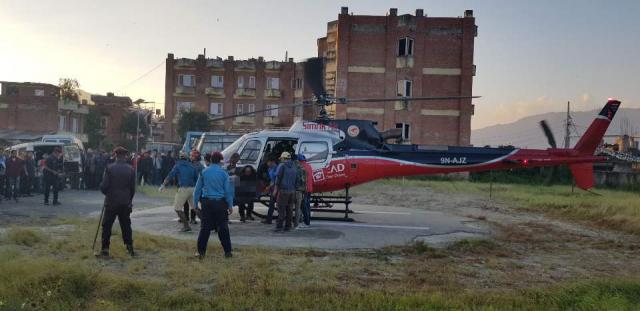 14일(현지시간) 수습된 히말라야 한국 원정대원의 시신이 네팔 수도 카트만두의 국립 트리부반 대학병원으로 옮겨지고 있다. 연합뉴스