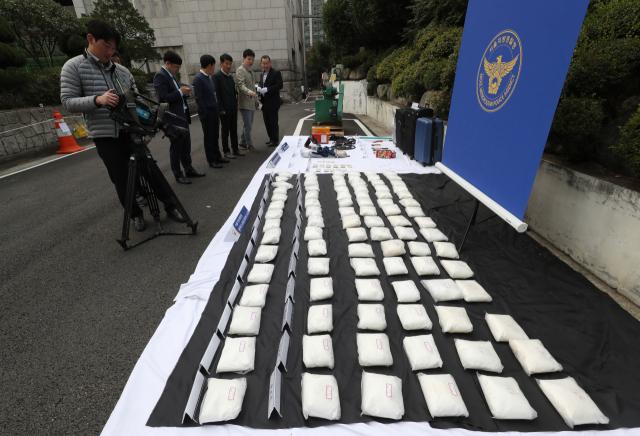 15일 오전 서울지방경찰청 주차장에 대량의 필로폰 등 압수품이 놓여 있다. 대만 조폭, 일본 야쿠자, 한국 마약상 등 3개국이 연루된 필로폰을 국내에 유통한 조직이 한국 경찰에 붙잡혔다. 이들이 한국에 들여온 필로폰은 112㎏으로 그간 검찰과 경찰 등 수사기관과 관세 당국이 적발한 마약 중 최대 규모라고 경찰은 설명했다. 서울지방경찰청 광역수사대는 마약류 관리에 관한 법률 위반 등 혐의로 대만인 A(25) 씨와 자금 운반책 일본인 B(32) 씨, 필로폰 운반책 한국인 C(63) 씨 등 6명을 구속했다고 이날 밝혔다. 연합뉴스