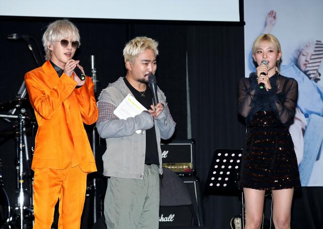 15일 오후 서울 마포구 제일라아트홀에서 열린 가수 자이언티(Zion.T) 미니앨범 'ZZZ' 발표회에서 자이언티(왼쪽부터), 방송인 유병재, 레드벨벳 슬기가 인사를 하고 있다. 연합뉴스