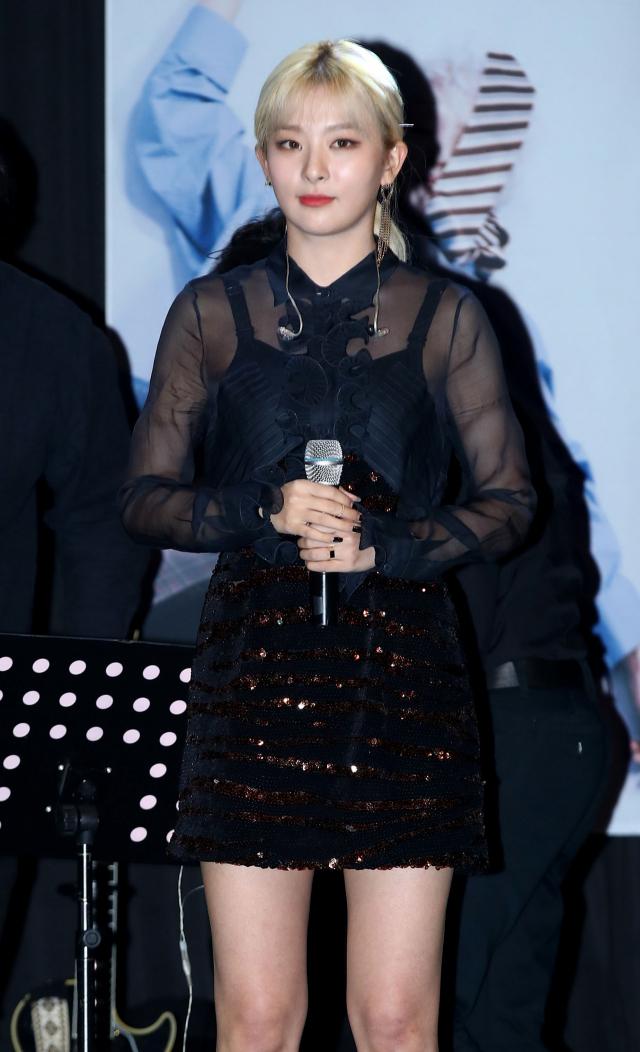 레드벨벳 슬기가 15일 오후 서울 마포구 제일라아트홀에서 열린 가수 자이언티(Zion.T) 미니앨범 'ZZZ' 발표회에서 자이언티와 함께 멋진 무대를 선보이고 있다. 연합뉴스