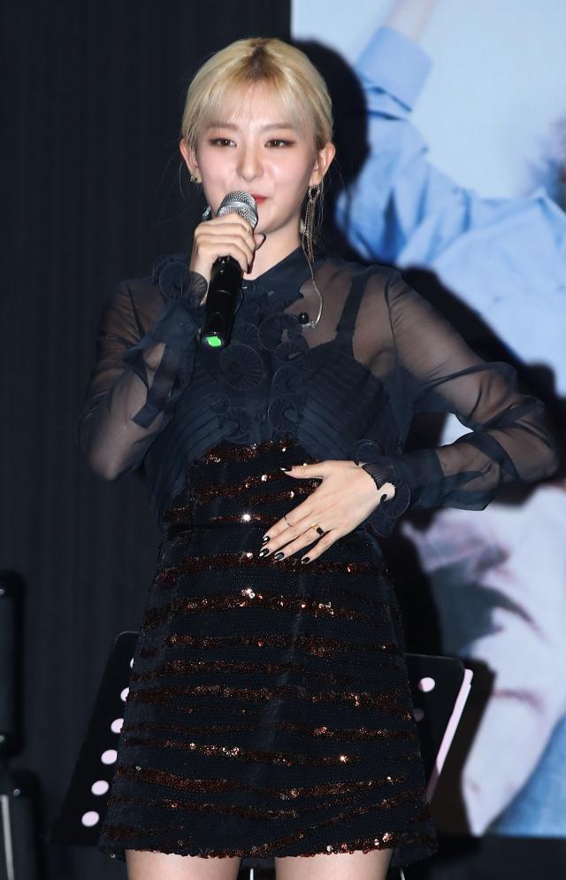 레드벨벳 슬기가 15일 오후 서울 마포구 제일라아트홀에서 열린 가수 자이언티(Zion.T) 미니앨범 'ZZZ' 발표회에서 인사말을 하고 있다. 슬기는 이번 앨범 타이틀 곡 '멋지게 인사하는 법'의 피처링에 참여했다. 연합뉴스