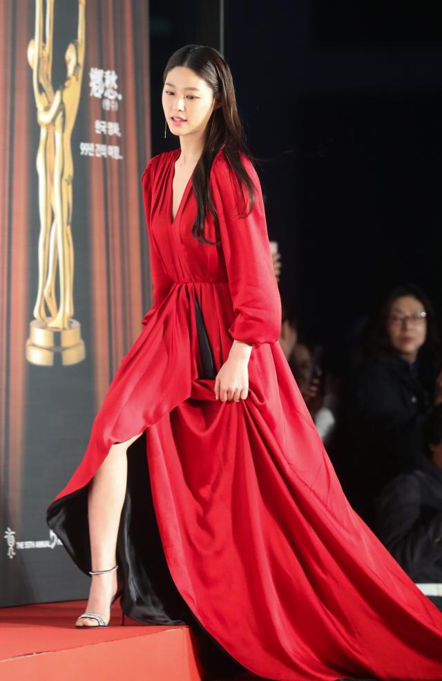 그룹 AOA의 설현이 22일 오후 서울 세종문화회관에서 열린 제55회 대종상 영화제 레드카펫 행사에서 포즈를 취하고 있다. 연합뉴스