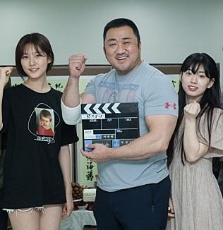 마동석 팔뚝 화제, 김새론과 신세휘 얼굴 크기. 영화 '동네사람들' 출연진. 배급사 제공