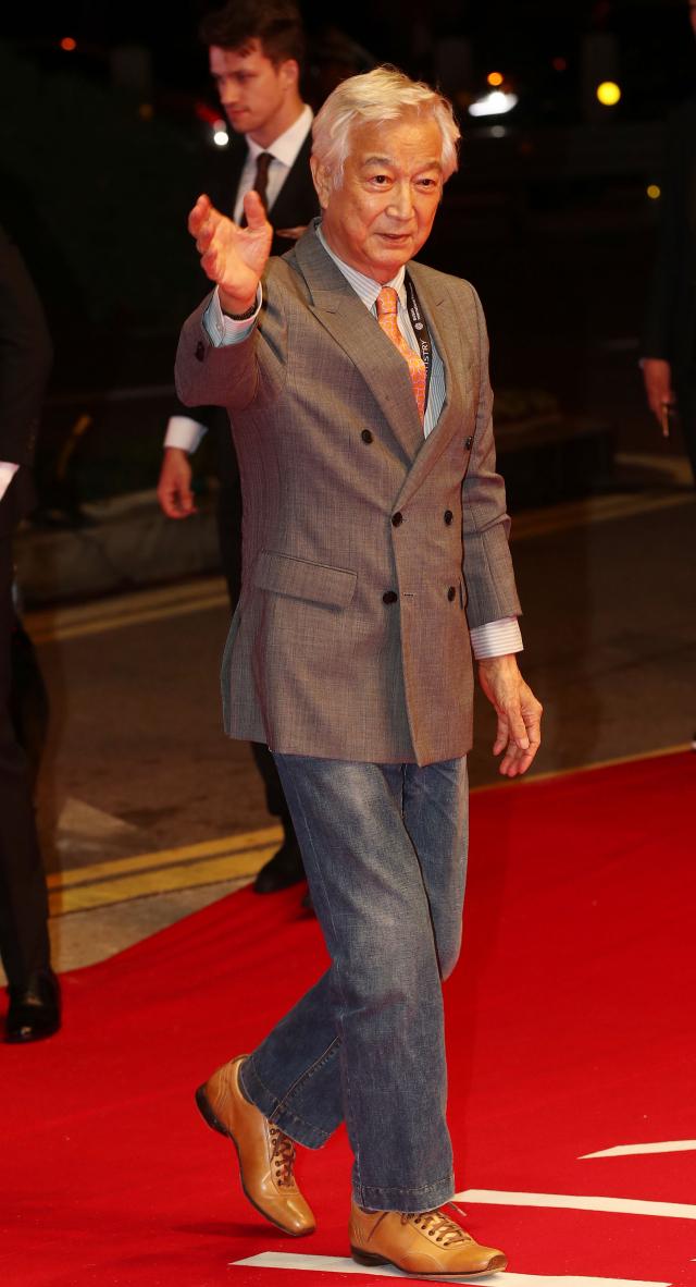 배우 강신성일이 지난 10월 4일 오후 부산 해운대구 영화의전당에서 열린 부산국제영화제 개막식에 참석하기 위해 레드카펫을 밟고 있다. 연합뉴스