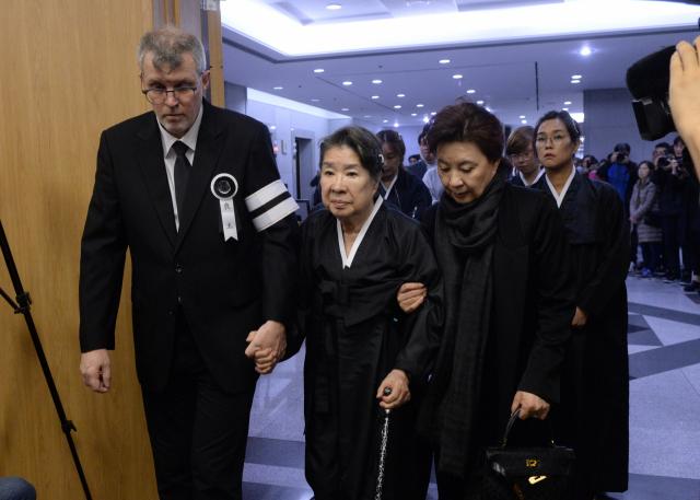 고 신성일의 부인 엄앵란이 6일 오전 서울 송파구 서울아산병원 장례식장에 마련된 영결식에 유가족의 부축을 받으며 들어서고 있다. 연합뉴스