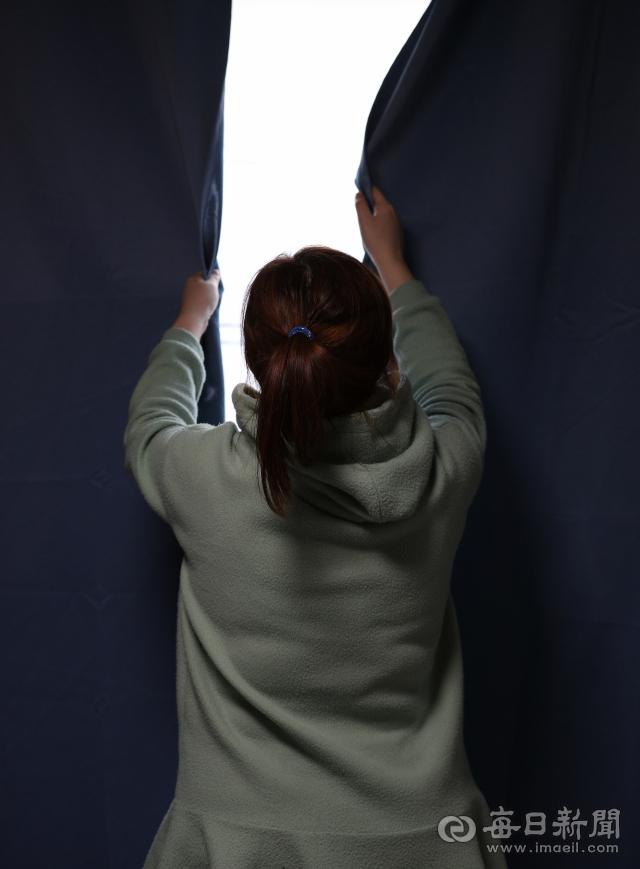 남편의 무자비한 폭행에 수년간 시달린 김지연(31·가명)씨는 극심한 불안을 호소하며 집 밖으로 좀 처럼 나가지 못하고 있다. 정운철 기자 woon@imaeil.com