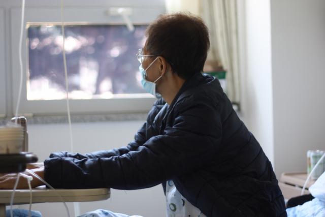 임석호(49·가명)씨는 2017년 3월 폐암말기와 3개월 시한부 판정을 받았지만 지금까지도 마약성 진통제를 맞으며 암을 버티고 있다.임씨는 아내와 세 아이들이 자꾸 눈에 밟힌다고 했다. 이주형 기자