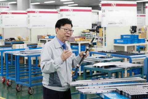 삼익THK(주)가 로봇 산업 진출에 본격 나섰다. 진영환 삼익THK 회장이 기계 자동화설비 필수부품인 'LM 가이드'를 설명하고 있다. 삼익THK 제공