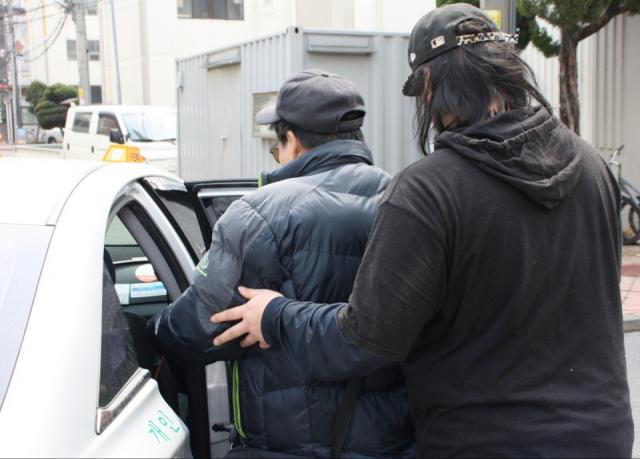 주성현(57·가명) 씨가 지난달 30일 나드리콜 차량에 탑승하는 것을 아들 영진씨가 부축하고 있다. 이들은 주 3회 달성군에 있는 자택에서 대구가톨릭대병원까지 투석치료를 받으러 가는 것이 거의 유일한 외부활동이다. 이주형 기자