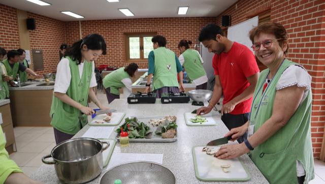 동화사 템플스테이 참가자들이 사찰음식 만들기 체험을 하고 있다. 동화사 제공