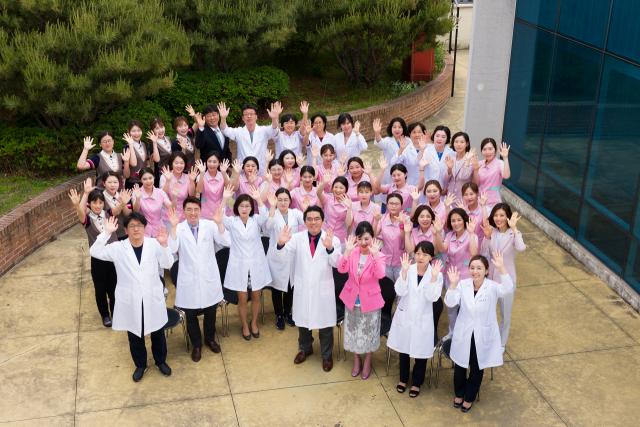 분홍빛으로병원 의료진과 직원들 모습.
