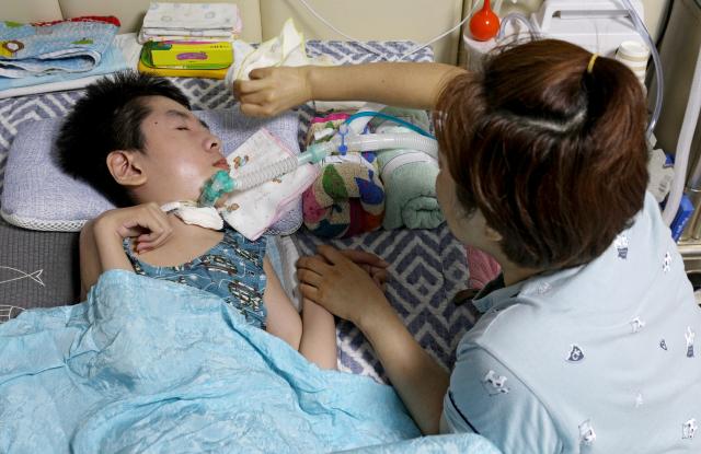 박신혜(47·가명) 씨는 나홀로 아들을 돌보느라 단 1시간도 마음놓고 잠에 들 수 없지만 아들이 세상의 전부라고 했다. 숨을 못쉬거나 경련을 해도 말을 할 수 없는 지호(13·가명)를 위해 엄마는 항상 지호를 바라보고 있다. 김영진 기자 kyjmaeil@imaeil.com