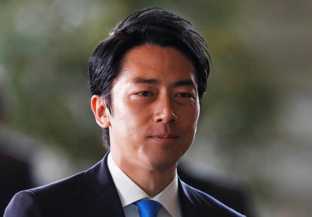 11일 단행된 일본 개각에서 환경상에 임명된 고이즈미 신지로(小泉進次郞)가 도쿄 총리 공관에 도착하고 있다. 연합뉴스