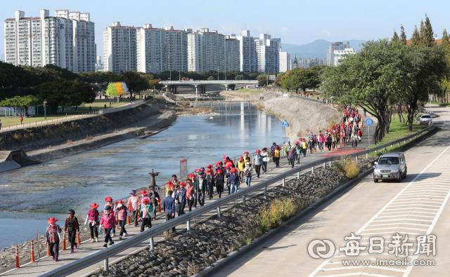 대구 희망교 밑 신천둔치에서 열린 '제1회 수성구 중동 건강 문화축제'에서 주민들이 파동 용두교까지 왕복 4.8km구간을 걷고 있다. 정운철 기자 woon@imaeil.com