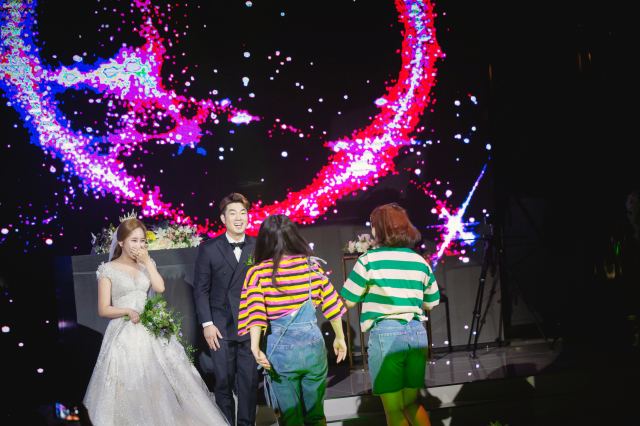 딱딱하고 무거운 주례를 없애는 대신 댄스·음악을 곁들인 공연 형식으로 결혼식을 한다거나 아예 예식 전체를 뮤지컬로 구성해 진행하는 나만의 특별한 결혼식이 늘고 있다. 고구마웨딩 제공