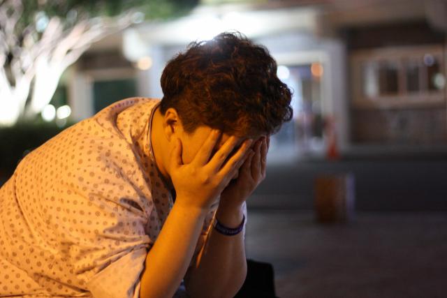 원인을 알 수 없는 복통에 입원한 최미영(40) 씨가 얼굴을 감쌌다. 그는 지난 8월 대구 중구의 한 여인숙으로 이사해 상습적인 폭행을 당해왔지만 더 나은 주거지로 옮길 여력이 없다. 이주형 기자.