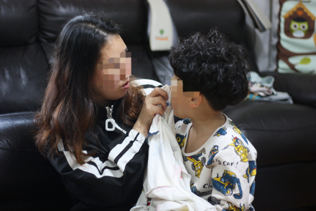 유환(가명·6)이 엄마 이지아(38·가명) 씨가 아들의 얼굴을 닦아주고 있다. 불안정한 양육환경 속에서 마음의 문을 닫아버린 유환이에게는 심리·언어·감각치료 등이 절실하지만 엄마는 생활고에 하루하루 한숨만 쉬고 있다. 이주형 기자.