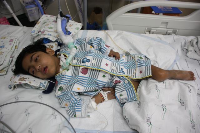 7살 비한가는 태어나서 한번도 걸어본 적이 없다. 진단결과 심각한 성장지연과 청각장애, 목뼈, 척추뼈 어긋남 등 다양한 증상이 발견됐지만 정확한 병명과 원인은 아직 파악 중이다. 이주형 기자.
