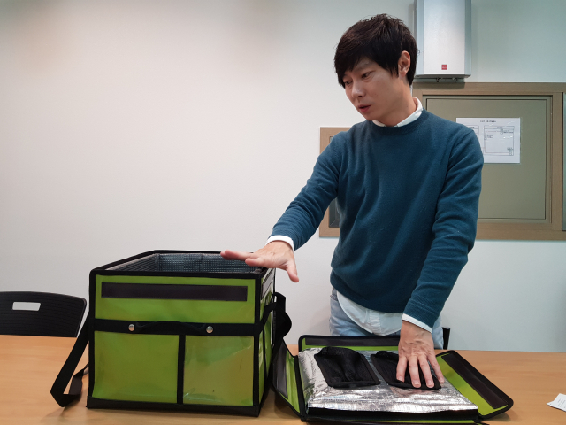 갈승훈 에임트 대표가 진공 단열재가 적용된 친환경 보냉박스에 대해 설명하고 있다. 채원영 기자.