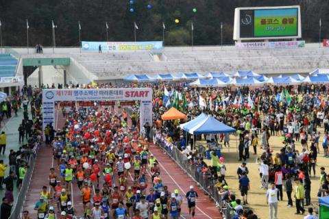 지난해 소백산마라톤대회에 참가자들이 출발 신호에 맞춰 힘차게 달려나가고 있다. 마경대 기자