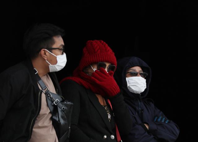 국내에서 신종 코로나바이러스 감염증인 '우한 폐렴' 네번째 확진환자가 발생한 가운데 지난 27일 오후 서울 경복궁을 찾은 관람객이 마스크를 쓰고 있다. 연합뉴스