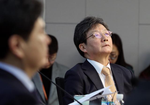 새로운보수당 유승민 의원이 지난달 31일 오전 서울 여의도 국회 의원회관에서 열린 당대표단 회의에서 잠시 생각에 잠겨 있다. 연합뉴스