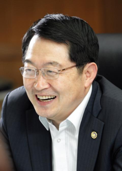 '울릉공항 성사' 백승주 전 의원, 명예군민증 수여