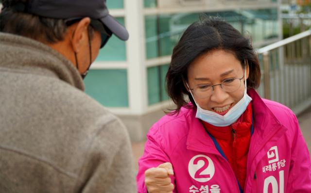24일 오전 대구 수성구을 미래통합당 이인선 예비후보가 수성 2, 3가 주민센터 앞 거리에서 구민과 인사를 하고 있다. 안성완 기자 asw0727@imaeil.com