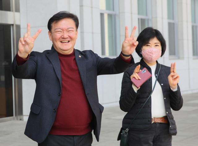 제21대 국회의원 선거 미래통합당 인천 연수을 경선에서 승리한 민경욱 의원이 24일 국회 본관 앞에서 기뻐하며 손을 흔들고 있다. 연합뉴스